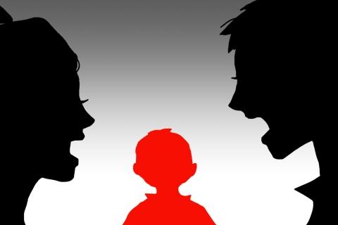 夫婦の危機で板挟みの子供の悲しいイラスト 無料イラストのimt 商用ok
